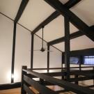 天井裏に隠れていた梁を活かした空間