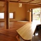 八幡山を望む家